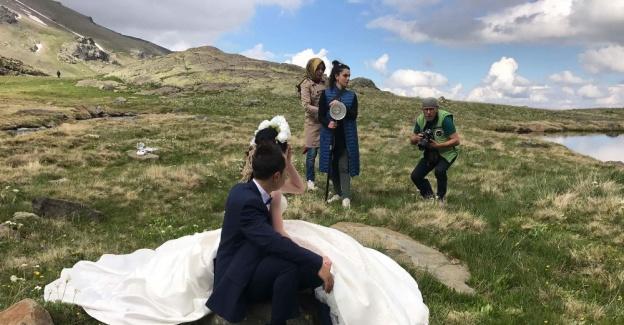 2 bin 500 metrede düğün fotoğrafı çektirdiler