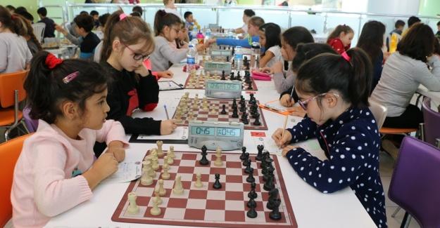Başkan Altınok Öz İstanbul Küçükler Satranç İl Birinciliği Turnuvası'na Katıldı