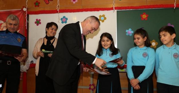 Başkan Aydın, öğrencilerin karne sevinçlerine ortak oldu