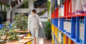 Esenyurt Belediyesi öğrencilerin sağlığı için okullara dezenfekte ediyor