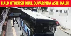 Halk otobüsü okul duvarında asılı kaldı