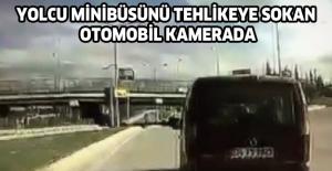 Yolcu minibüsünü tehlikeye sokan otomobil kamerada