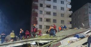 Küçükçekmece Belediyesi Sivil Savunma Ekipleri Çöken Binanın Enkazında..